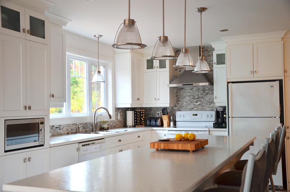 Cuisine blanche shaker avec des id es for Armoires de cuisine et plus inc